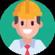 Mężczyzna z kaskiem budowlanym na głowie